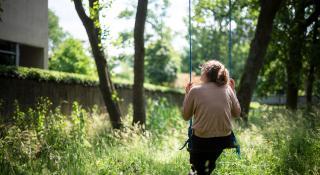 Vrouw op een schommel te midden van de natuur