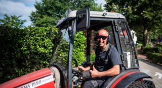 Medewerker technische dienst in tractor